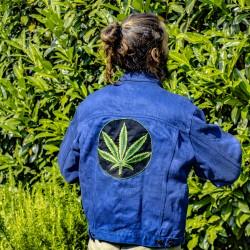 Unikat: Jeansjacke mit Hanf Logo auf dem Rück M